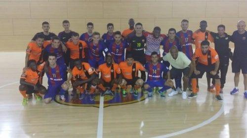 L'équipe Paris Acasa Futsal avec le FC Barcelone, après une rencontre.