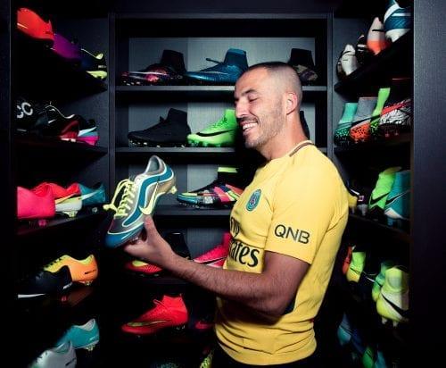 Ferhat Cicek et sa collection de crampons Nike présentés dans les clubs de football