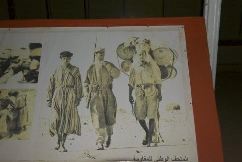 Durant leur lutte pour l'indépendance, d'abord contre l'Espagne puis contre la Mauritanie et le Maroc, ce trio formait la base des unités militaires sahraouies : un tireur, un second soldat et un chamelier. Photo prise au Musée national de la Résistance