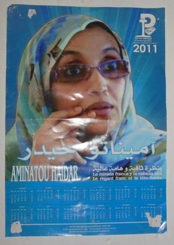 Portrait d'Aminatou Heidar, figure de la lutte des Sahraouis en territoire occupé marocain, ici affichée dans une salle de classe d'une école primaire du camp de réfugiés de Boujdour