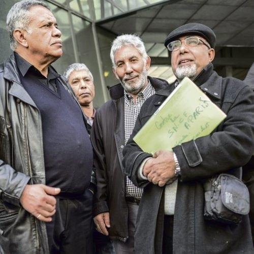 Paris- 23 mars 2015. Ouverture au Conseil des prud'hommes de paris du procès opposant 916 anciens travailleurs marocains à la SNCF. Le délibéré du litige qui oppose ces cheminots chibanis avec la SNCF a été reporté au 21 septembre 2015.