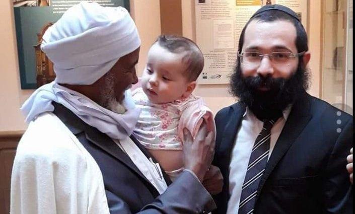 Le bébé du rabbin dans les bras de l'imam